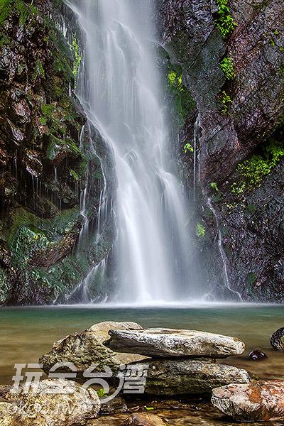 坐著石板、泡著水,沁涼透心/玩全台灣旅遊網特約記者陳健安攝