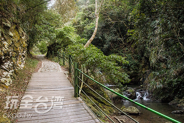沿途小瀑布,不少民眾在此戲水、野餐/玩全台灣旅遊網特約記者陳健安攝