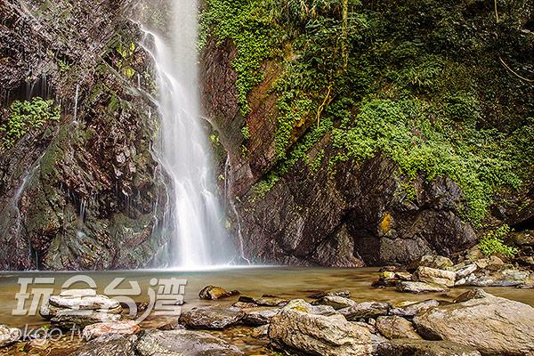 傾瀉在下層岩壁,加了幾分層次/玩全台灣旅遊網特約記者陳健安攝