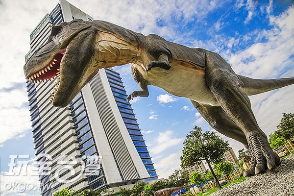 遠遠就看到好幾樓高的暴龍/玩全台灣旅遊網特約記者陳健安攝