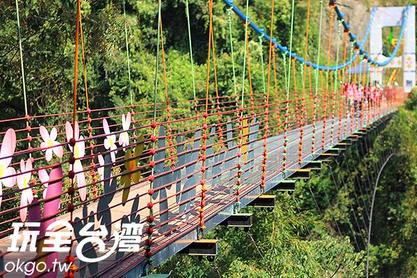 粉紅色的可愛花朵點綴著坪瀨琉璃光之橋/玩全台灣旅遊網攝