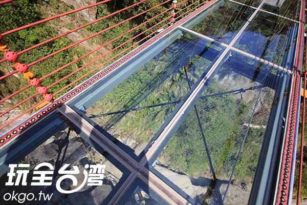 全玻璃的透明吊橋,可以清楚看見腳底下的河床山谷