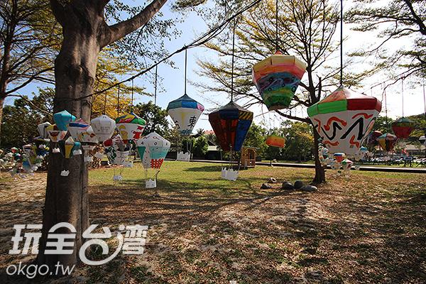 樹上綻放著許多不同的繽紛熱氣球/玩全台灣旅遊網攝