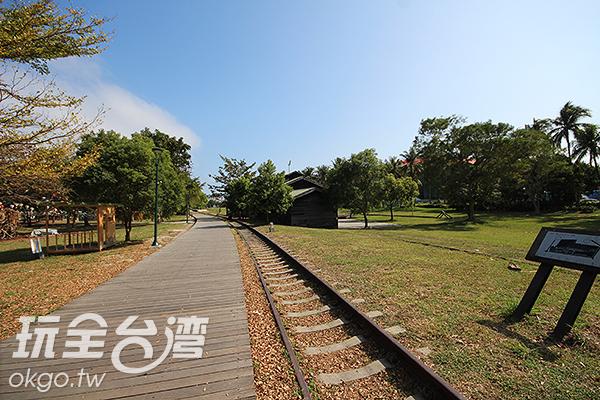 鐵花村內保留著原本的鐵道裝置/玩全台灣旅遊網攝