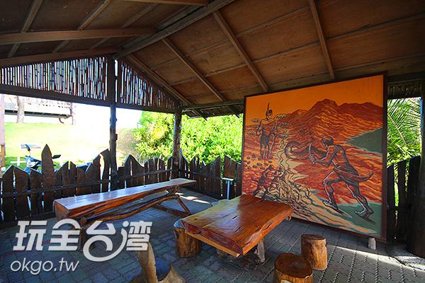 由漂流木打造的涼亭搭配當地原民彩繪/玩全台灣旅遊網攝