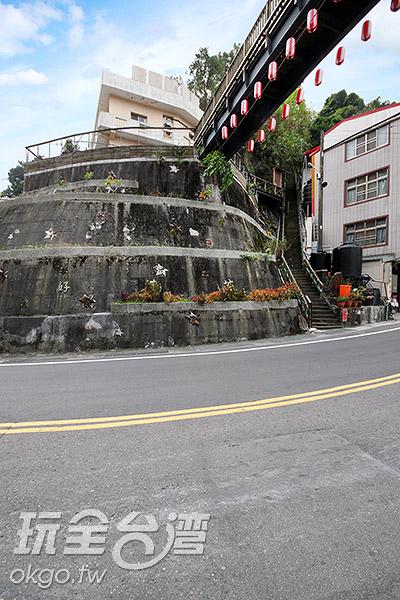 為搭配當地溫泉特色,天梯以日式風格打造/玩全台灣旅遊網攝