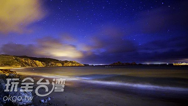 夜晚的福正海灘像是星空般的閃閃發亮/玩全台灣旅遊網攝