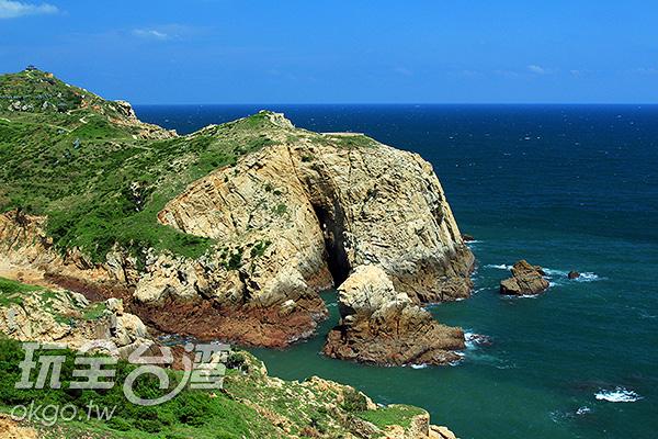 神祕小海灣的海蝕洞與海蝕柱/玩全台灣旅遊網攝