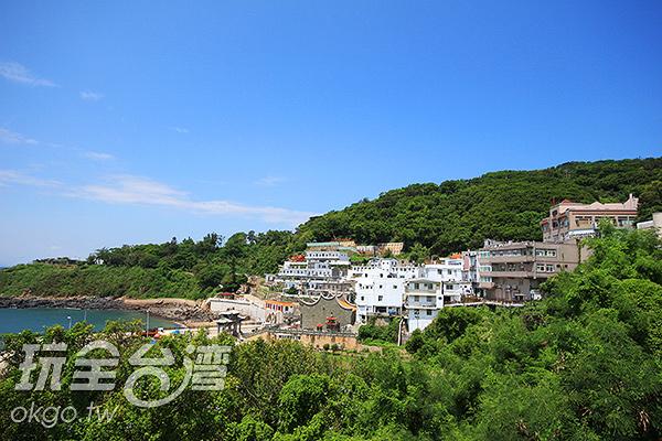 遠眺可看到青帆村被青山綠水包圍的景色/玩全台灣旅遊網攝
