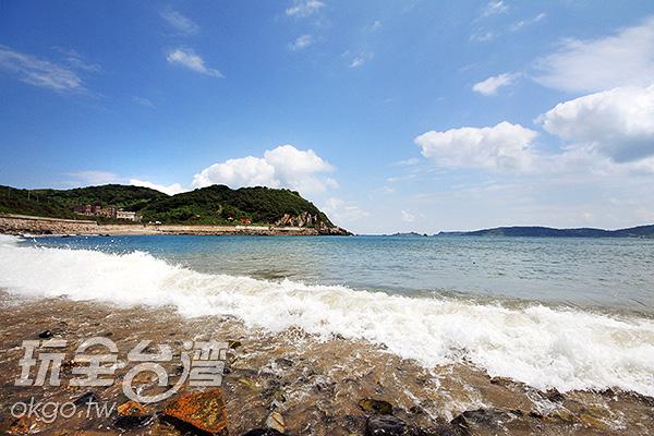 西莒的田沃沙灘海浪打上岸邊綻放美麗的浪花/玩全台灣旅遊網攝