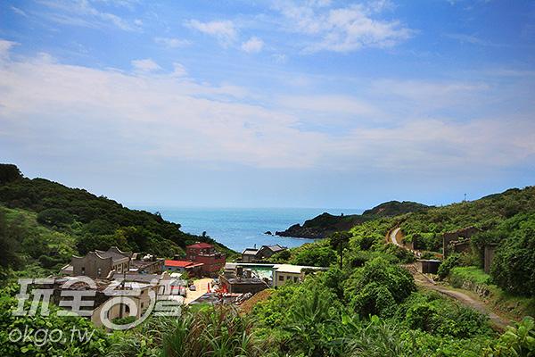 小巧火紅的周大王廟遠眺依舊顯眼/玩全台灣旅遊網攝