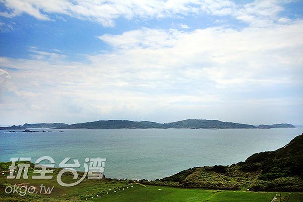 可由西莒島遠眺東莒島,兩島比鄰而居守護著島上居民/玩全台灣旅遊網攝
