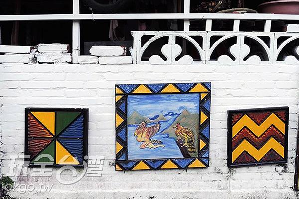許多染上豐富色彩的木雕畫/玩全台灣旅遊網特約記者李宥歆攝