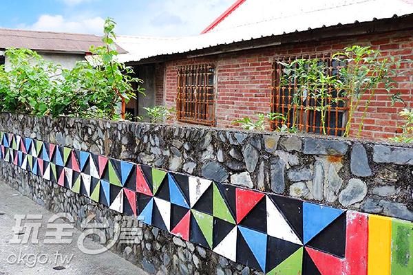 社區中的石牆與木雕裝飾/玩全台灣旅遊網特約記者李宥歆攝