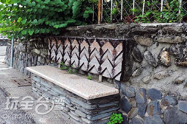 由石板砌成與圖騰裝飾的長椅/玩全台灣旅遊網特約記者李宥歆攝