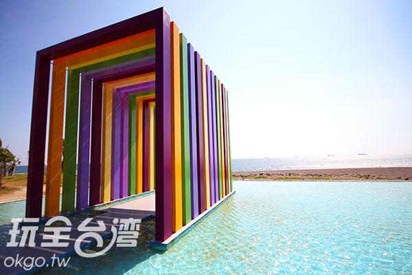 七彩的ㄇ字型教堂,搭配水波,色彩豐富唯美/玩全台灣旅遊網攝