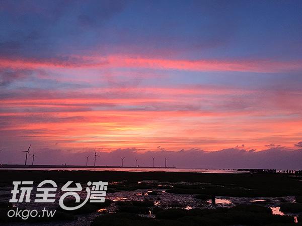高美濕地被夕陽餘暉暈染成一片紫紅/玩全台灣旅遊網攝
