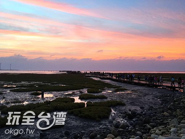 炫彩繽紛的夕陽,使人心中充滿粉紅色泡泡/玩全台灣旅遊網攝