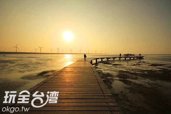 許多人會到高美溼地來約會出遊,走在木棧道上浪漫的彼此依偎著/玩全台灣旅遊網攝