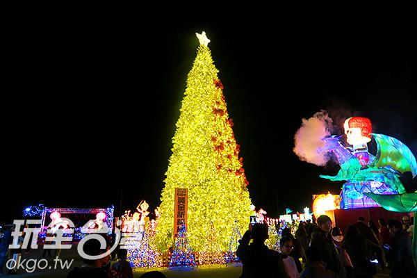 黃金祈福樹搭載著許多人的願望在夜空裡綻放閃耀光芒/玩全台灣旅遊網攝