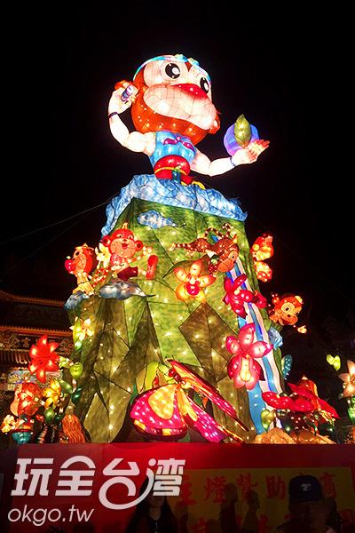 主燈繽紛炫麗,以花果山為底座,打造出猴子嬉戲  的場景/阿湖先生提供