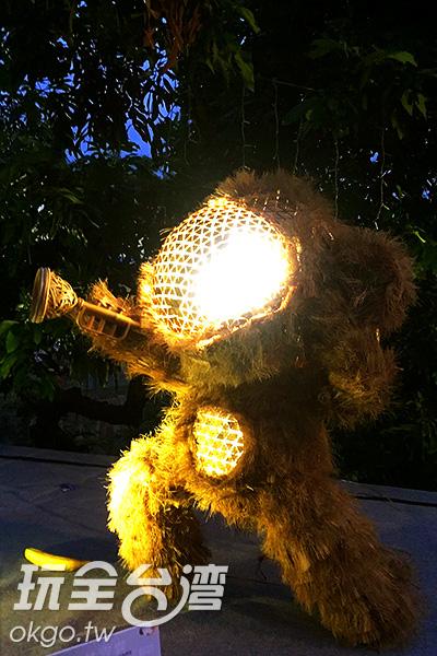 用稻草做成的猴子造型花燈以各種姿勢迎接大家前來/阿湖先生提供