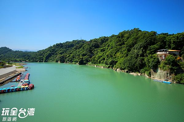 望向一片悠綠的碧潭感到舒服自在/玩全台灣旅遊網攝