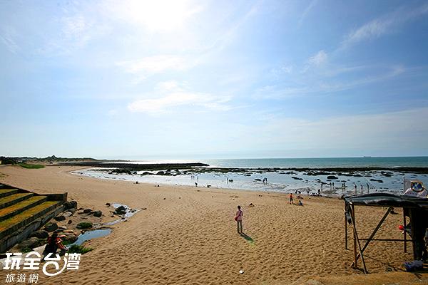 新北市三芝區的淺水灣擁有一片平坦的沙灘/玩全  台灣旅遊網攝