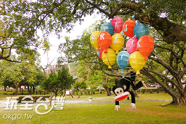 調皮的大嘴猴被氣球纏住囉/玩全台灣旅遊網特約記者陳健安攝