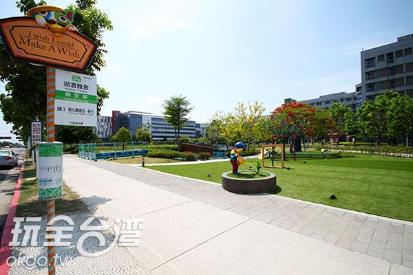 小小的公園,有著可愛的造景塑像和引人深思的寓意/玩全台灣旅遊網攝