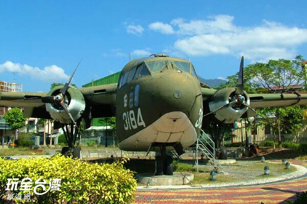 好大好大的戰機,一旁還架有梯子可以進去參觀呢! /玩全台灣旅遊網攝