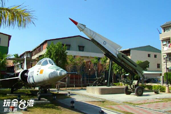 退役的戰機、軍事裝備就擺設在這裡 /玩全台灣旅遊網攝