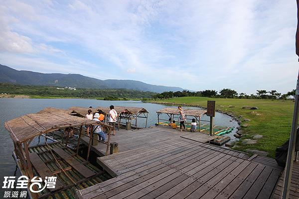 躺在草地上看天空,或是到觀景台賞池景都很愜意/玩全台灣旅遊網攝