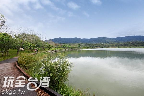 緣湖而建的木棧道,讓民眾可更貼近湖濱/玩全台灣旅遊網攝