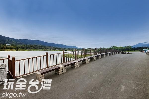 湖畔設有自行車道,可以邊騎邊賞景/玩全台灣旅遊網攝