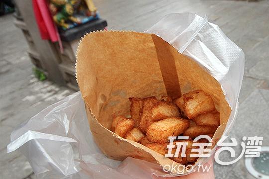 表皮炸成金黃的鹹粿,熱呼呼地外酥內軟/玩全台灣旅遊網攝