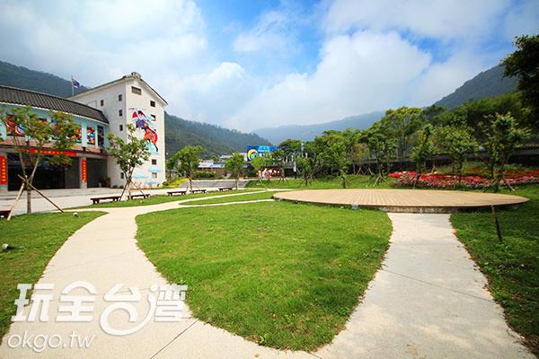 建築坐落在精緻庭園和山巒環抱中/玩全台灣旅遊網攝