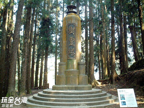 樹靈塔周邊有兩顆巨木隨侍,為樹齡千年以上的千歲檜與光武檜/玩全台灣旅遊網攝
