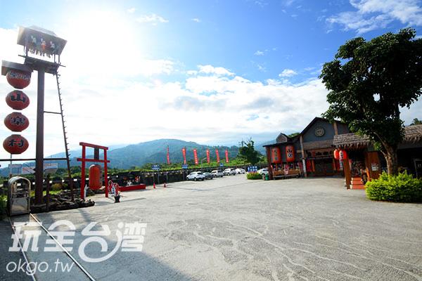 窯烤山寨村戶外占地廣大,不用擔心停車問題喔/玩全台灣旅遊網攝
