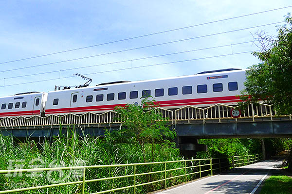 這裡也有設立火車經過的時刻表供遊人參考。/玩全台灣旅遊網特約記者郭心怡攝