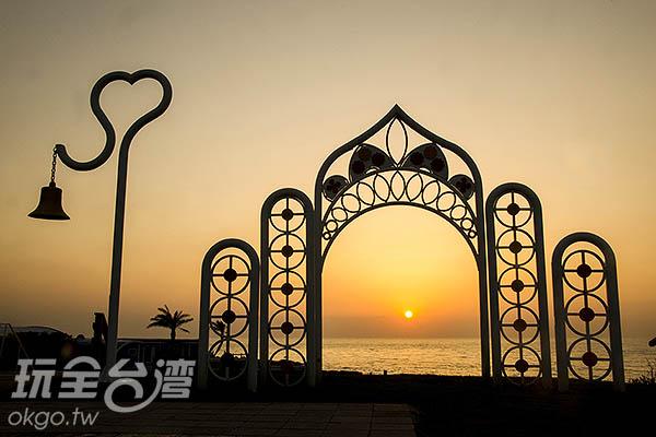 一同看著夕陽沒入海中,非常浪漫/玩全台灣旅遊網特約記者陳健安攝