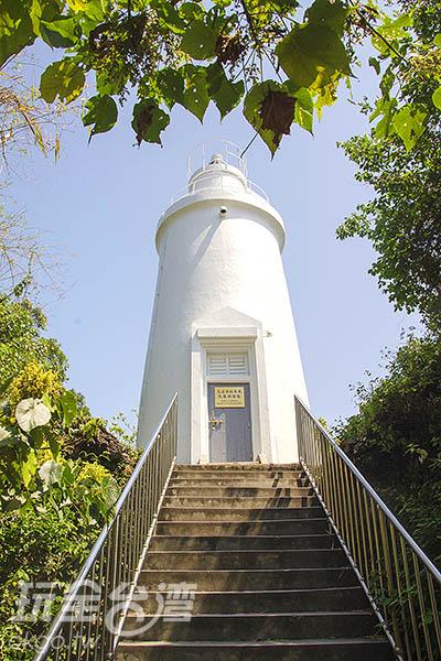 小琉球的「白燈塔」位於全島最高處的山坡裡/玩全台灣旅遊網特約記者陳健安攝