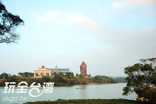 峨眉湖畔對面立有一尊巨大的彌勒佛是這裡的顯著地標/玩全台灣旅遊網攝