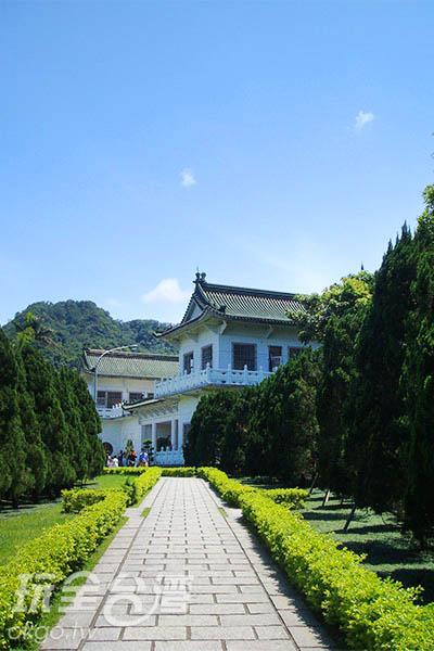 白牆綠瓦的建築有著莊嚴肅穆的氣息/王沛雯提供