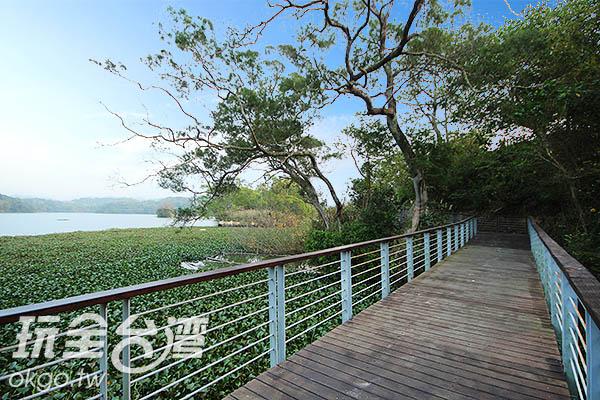 沿著環湖步道漫遊可以欣賞到最美的湖畔景致/玩全台灣旅遊網攝