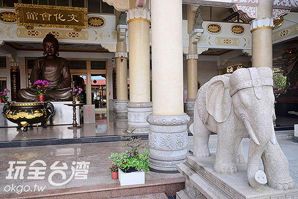 廟宇莊嚴宏偉,對面山林則有茂密的油桐林/陳楊昇提供