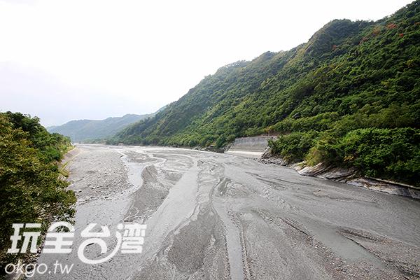 可由鹿鳴橋俯瞰延平鄉山谷風光/玩全台灣旅遊網攝