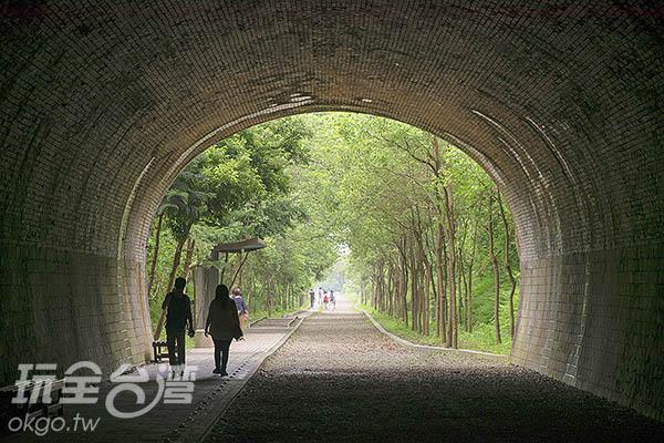 沒有交通干擾的崎頂隧道非常適合悠閒漫步/玩全台灣旅遊網特約記者陳健安攝