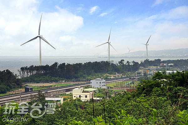 別忘了登上一旁的步道,眺望整個鐵路及海岸線/玩全台灣旅遊網特約記者陳健安攝