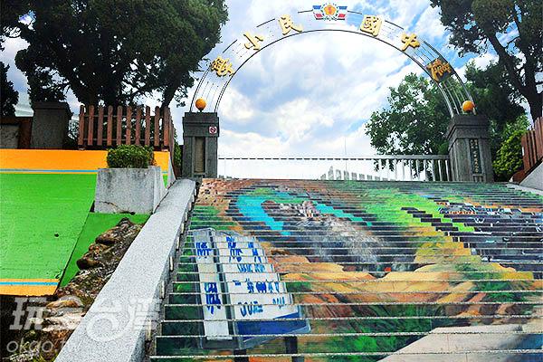 階梯上繪有台灣特色景物/玩全台灣旅遊網特約記者吳明倫攝